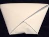 Pliez le second rabat de l'enveloppe et glissez-le, comme le premier, dans le coin gauche.