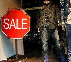 Panneau Soldes dans une vitrine magasin de vêtements