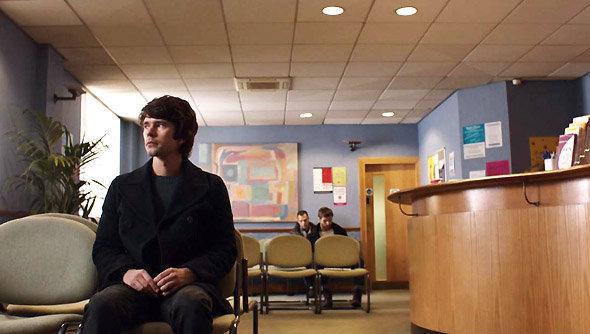 London Spy : Danny (Ben Wishaw) dans la salle d'attente pour un test HIV