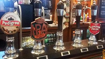 Brunch au pub à Londres : tireuses à bière