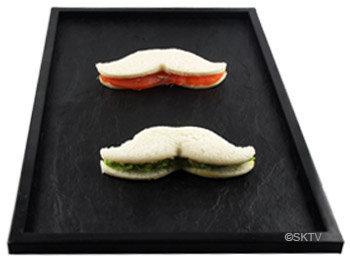Sandwiches anglais en forme de moustache saumon et concombre