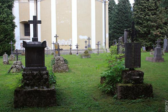 Cimetière St. Sebastian de Salzbourg : tombes vertes avec croix