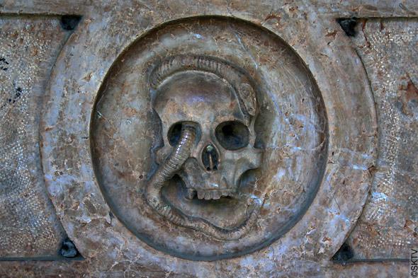 Cimetière St. Sebastian de Salzbourg : tête de mort avec serpent