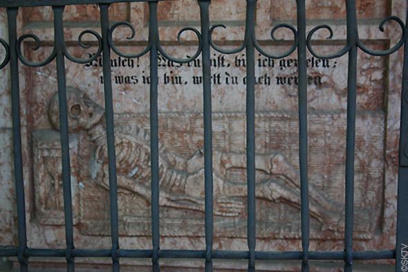 Cimetière St. Sebastian de Salzbourg : squelette bas-relief