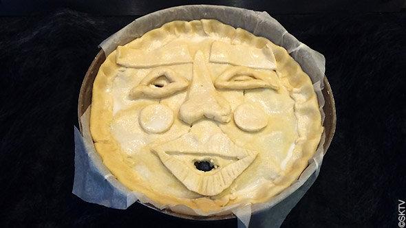 tourte à la grimace : le nez, la bouche et les yeux sont dessinés avec des restes de pâte