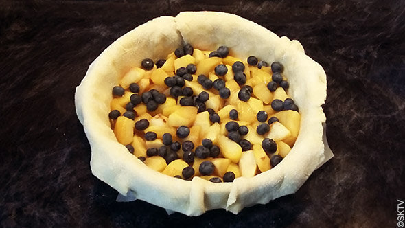 tourte à la grimace : garniture de fruits d'automne, pommes et myrtilles