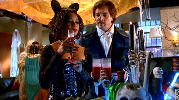 épisode spécial halloween Castle : Lanie déguisée en Catwoman et Castle en Edgar Allan Poe