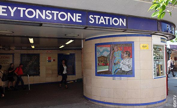 Les mosaïques de Leytonstone : Fenêtre sur Cour, à la sortie du métro