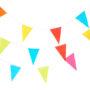 Guirlande de fanions multicolores sur fond neutre