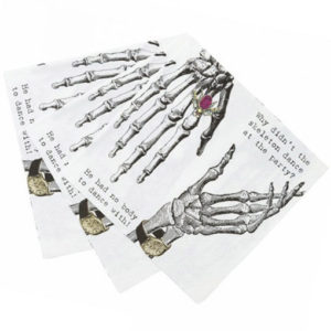 Pour un Halloween vintage, des serviettes en papier au décor de squelettes dandy