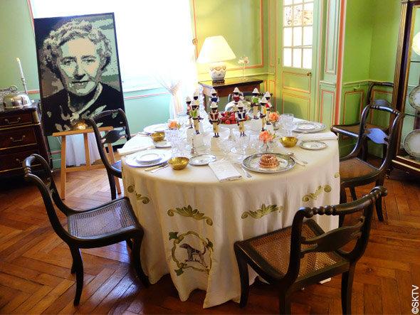 Enquête à Cheverny : portrait d'Agatha Christie dans la salle à manger du château
