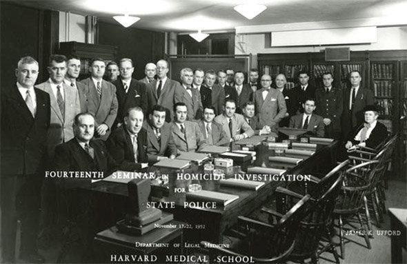 Frances GLESSNER LEE met en place des séminaires d'enquête criminelle à l'intention des enquêteurs de la police et des procureurs du nord est des Etats-Unis à partir de 1945.