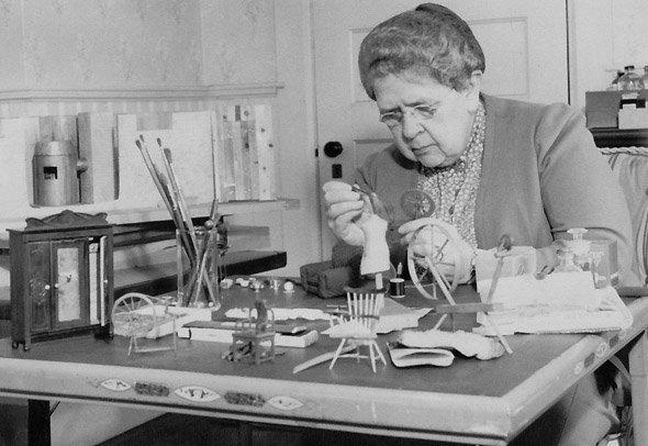 Frances GLESSNER LEE au travail sur une scène de crime miniature...