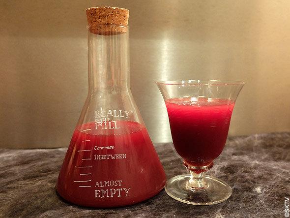 Cocktail aux yeux délicieux : un jus de framboises bien coloré pour évoquer le sang