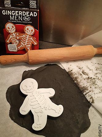 Des sablés squelettes pour Halloween grâce à l'emporte-pièce Gingerdead Men de Fred