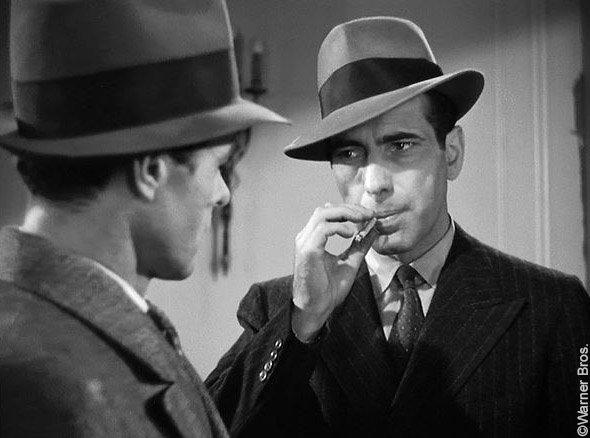 Le Faucon maltais, photo du film de John Huston : Humphrey Bogart en costume croisé et feutre mou incarne le détective privé Sam Spade