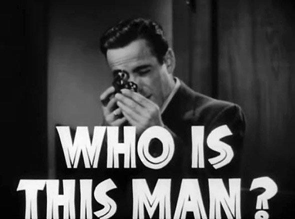 Le Faucon maltais : extrait de la bande-annonce du film de la Warner Bros : le portrait de Sam Spade est surtitré d'un message en grosses lettres : Who is this man ?