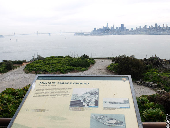 La ville de San Francisco est visible depuis la place d'armes d'Alcatraz