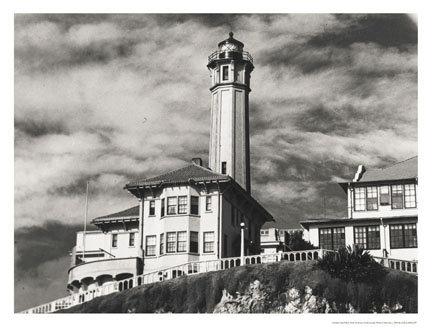 Cliché noir et blanc du phare d'Alcatraz dans les années 40