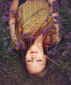 Savon de Marseille lavande : jeune femme couchée dans un champ de lavande