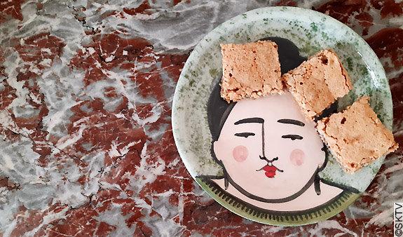 Carrés aux Noix d'Alacatraz : 3 gâteaux disposés sur une assiette en céramique signée Fanny Calabuig