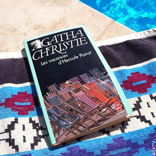 Les Vacances d'Hercule Poirot : couverture du livre près d'une piscine