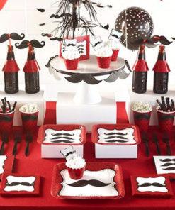 Vaisselle jetable moustache : sweet table réalisée à partir des différents éléments