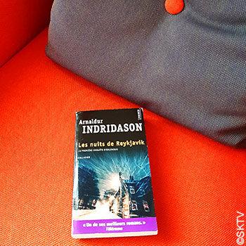 Les Nuits de Reykjavik : le livre posé sur un fauteuil orange (photo prise dans un hôtel de la capitale islandaise)