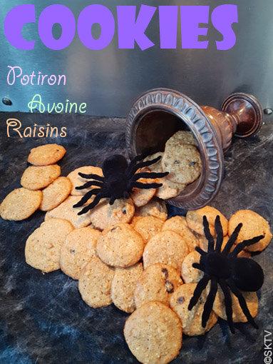 Cookies potiron avoine raisins noix : photo avec titre. 2 araignées factices sont disposées au milieu des biscuits
