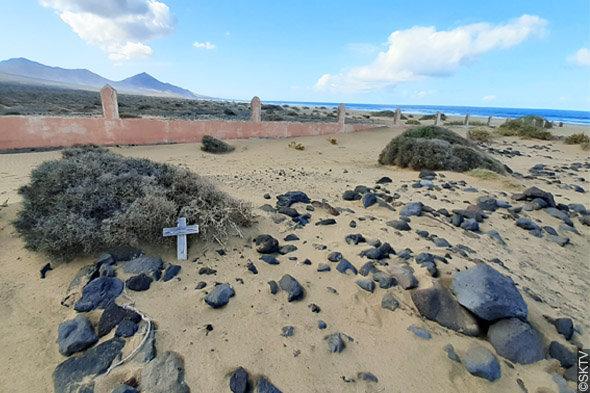 Cimetière marin de Cofete : amas de pierres de lave sur les tombes