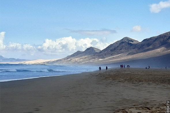 Cimetière marin de Cofete : la plage se remplit peu à peu...
