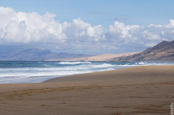 Cimetière marin de Cofete : les gros rouleaux de l'océan, très prisés des surfeurs