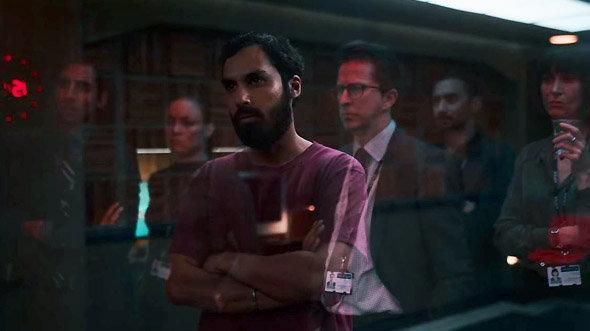 """Série Netflix Criminal : """"Qu'est-ce que vous regardez ?"""", aboie Sandeep de l'autre côté de la vitre (UK/2x4/Sandeep)"""